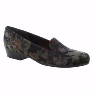 NIB Munro Velvet Loafers